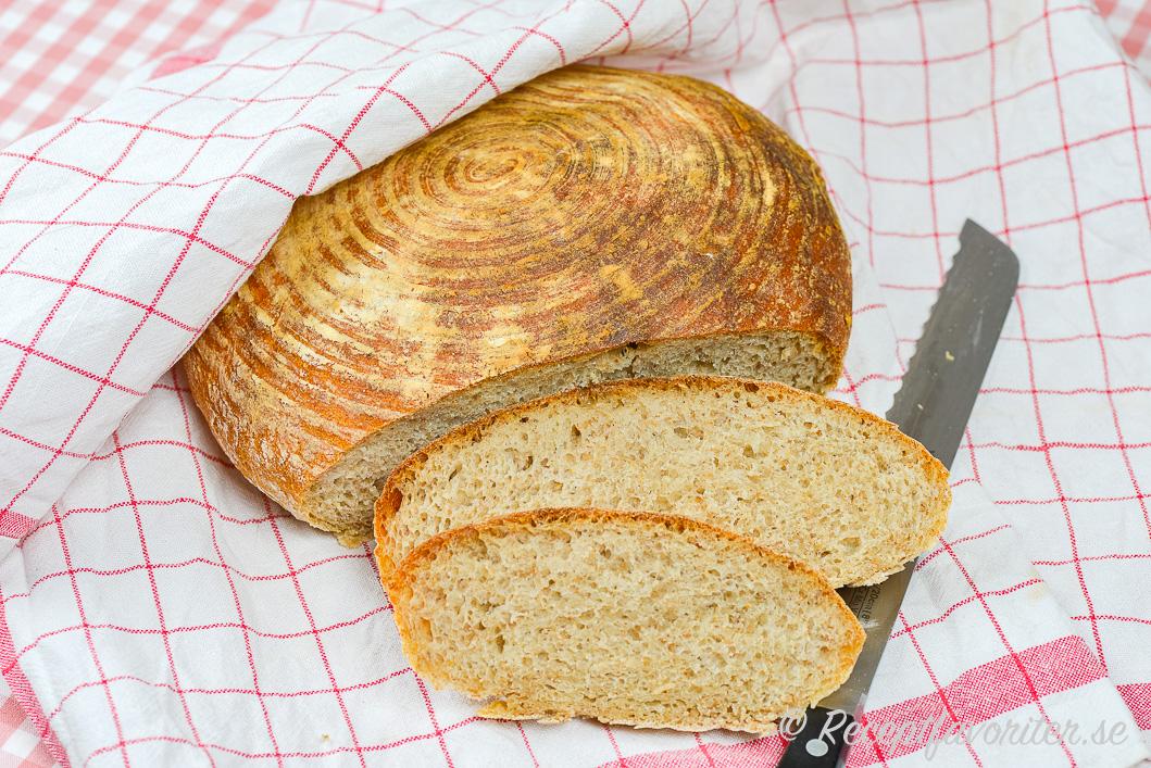 Bröd bakat med färdig rågsurdeg skivat på handduk.