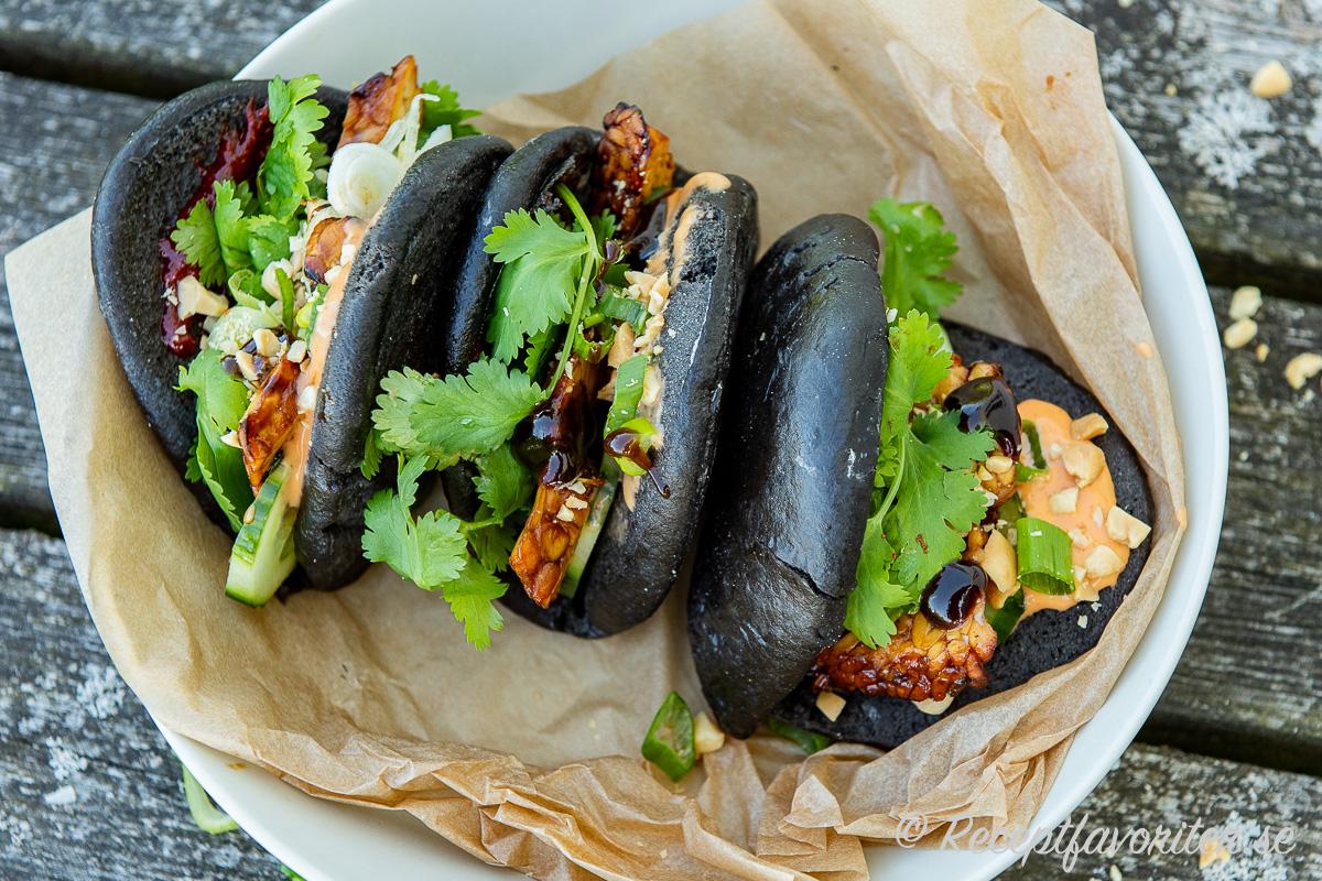 Bao - ångade bröd som bakas som fickor du kan fylla med asiatiska smaker som marinerad grillad tempeh, färsk koriander, såser, jordnötter med mera.