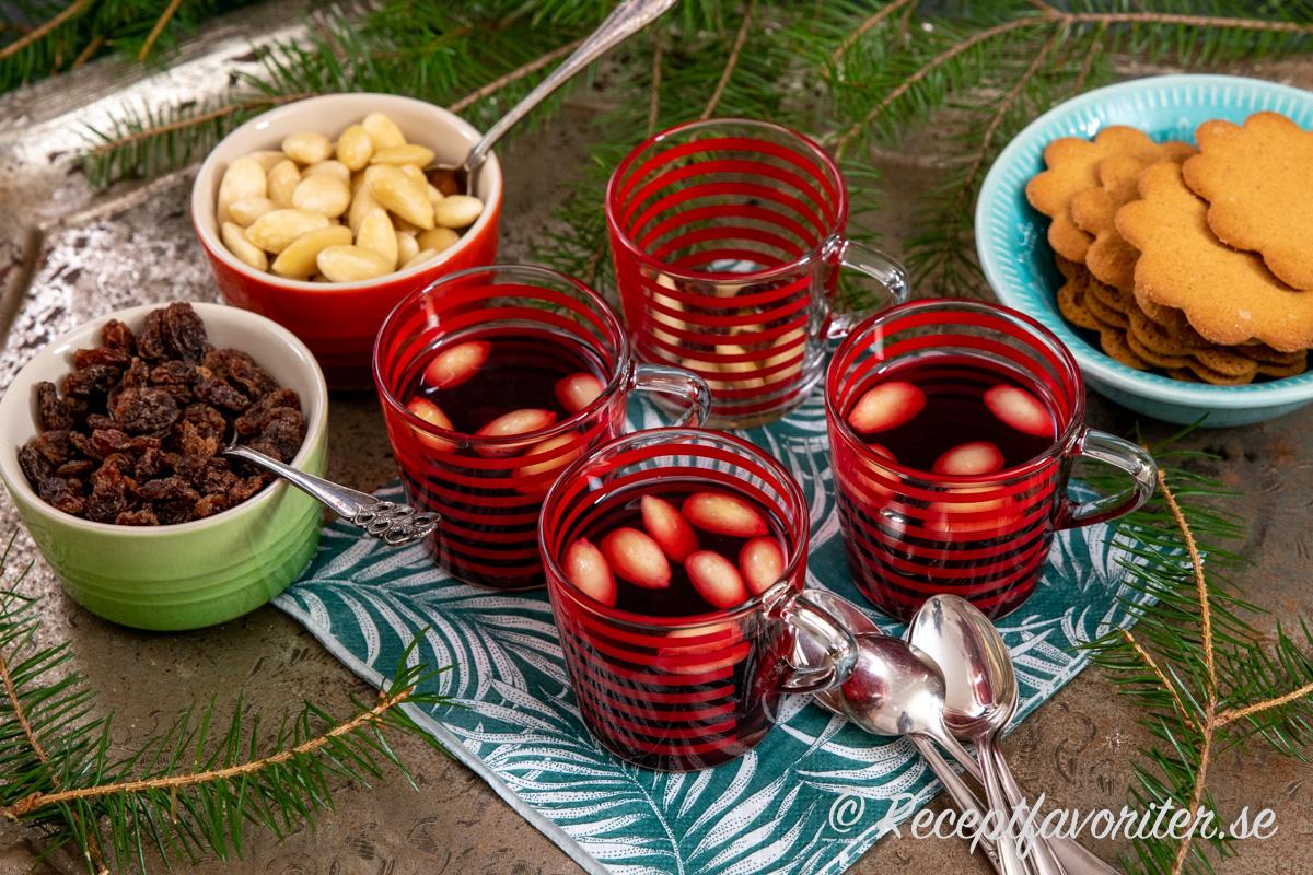 Svarta vinbär och glöggkryddor passar bra ihop och blir en god alkoholfri glögg.