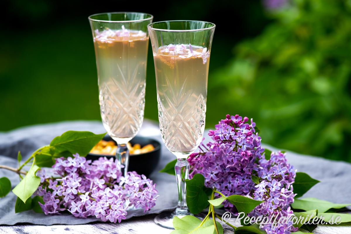 Syrensaft och prosecco blir en bubblande somrig drink.
