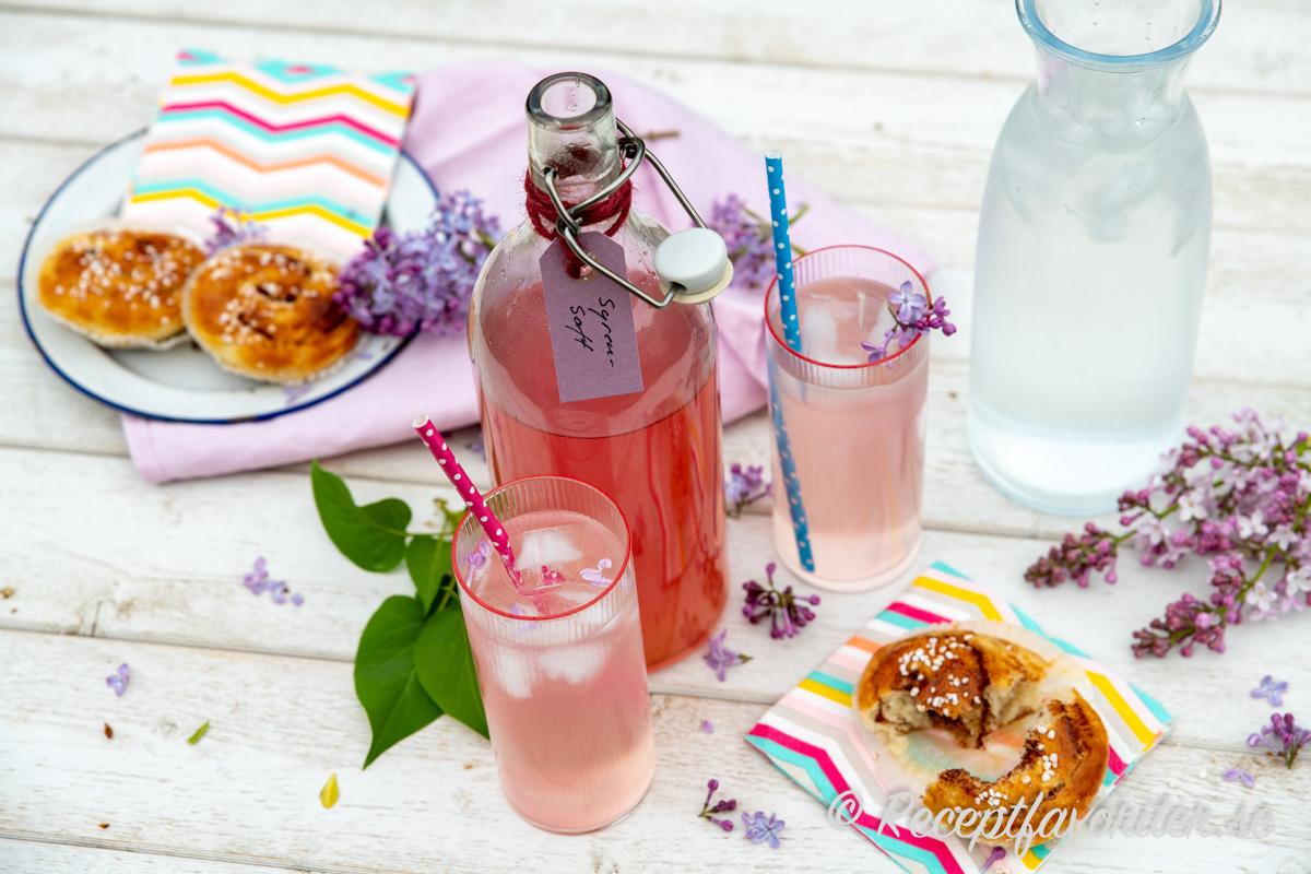 Syrensaften får en ljus rosa violett färg och blommig arom kombinerat med citron.