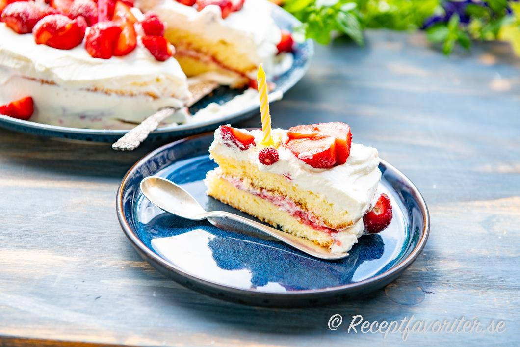 Tårta med sockerkaksbotten på tallrik