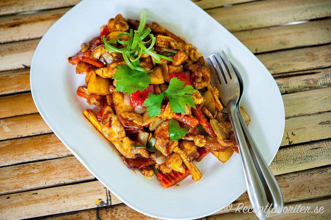 Thaikyckling wok med cashewnötter och grönsaker på fat