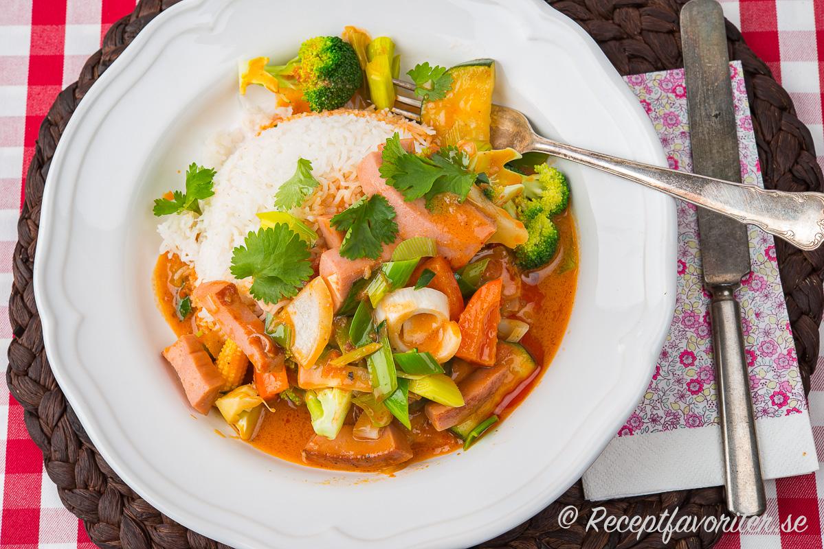 En variant på stroganoff med röd curry och thaismaker som färsk koriander och jasminris.