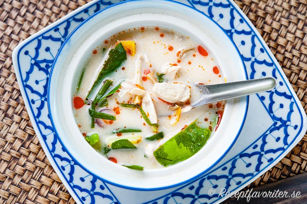 Tom Kha Kai thailändsk kycklingsoppa med kokosmjölk serverad i skål