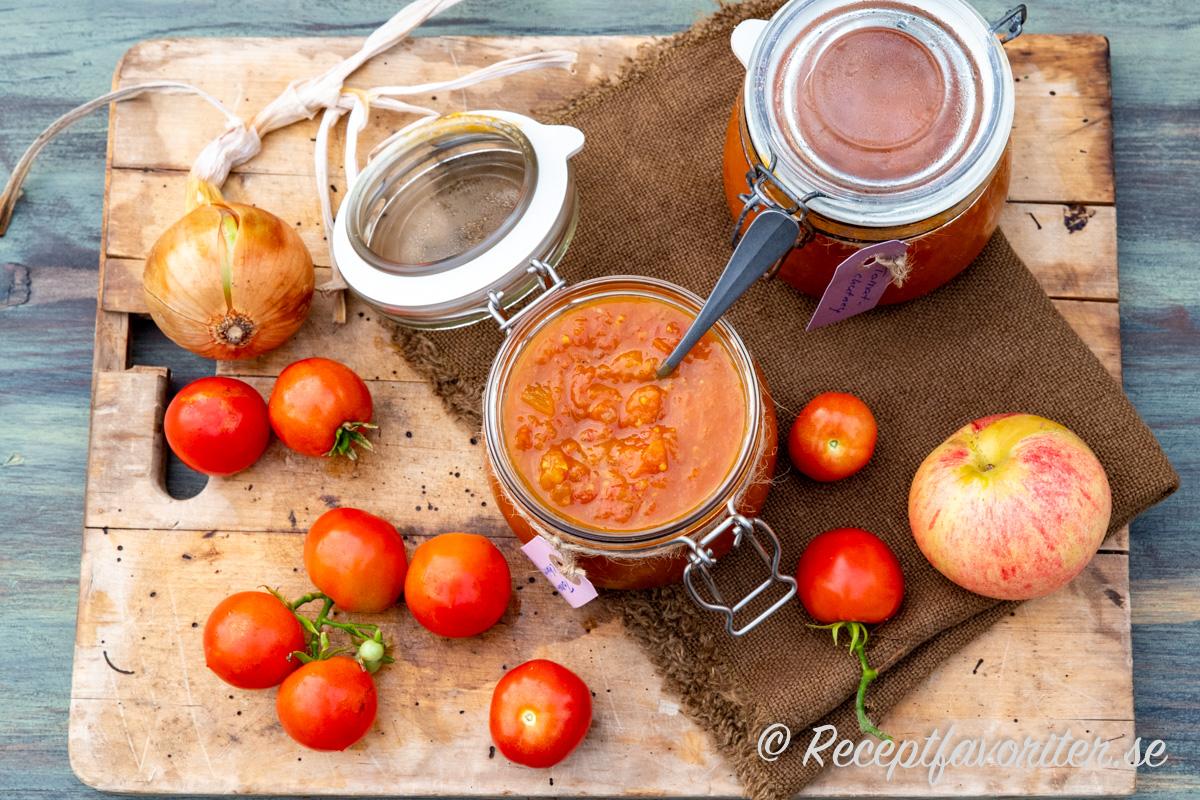 Chutney med tomat blir mycket kryddig och passar som tillbehör till det mesta.