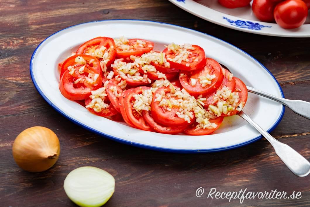inlagd tomat och rödlök