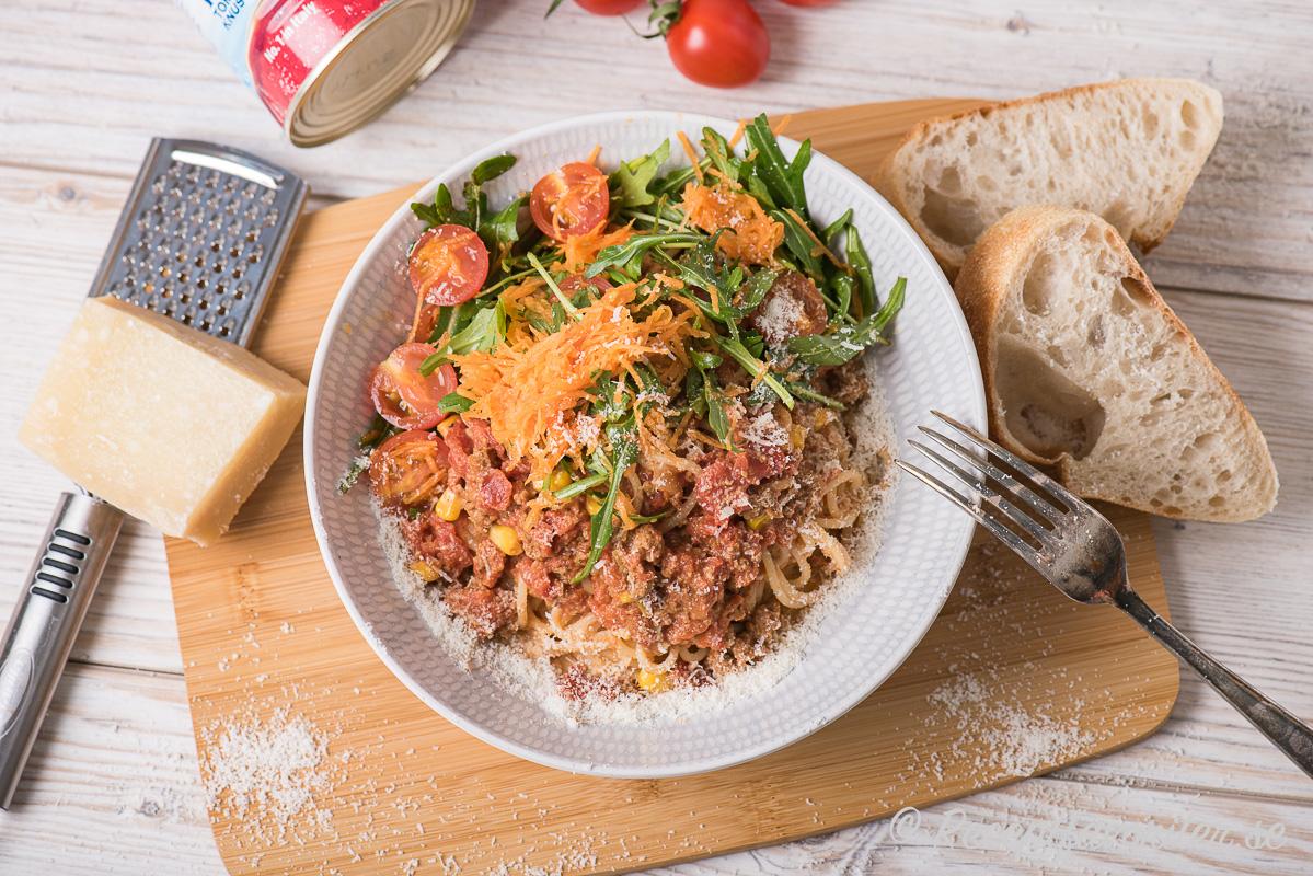 Quornfärssås serverad med spagetti och grönsallad i tallrik med parmesan och surdegsbröd till.