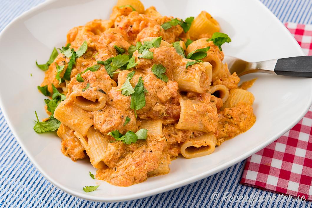 Tonfisksås med crème fraiche blandad med pastaskruvar på tallrik.