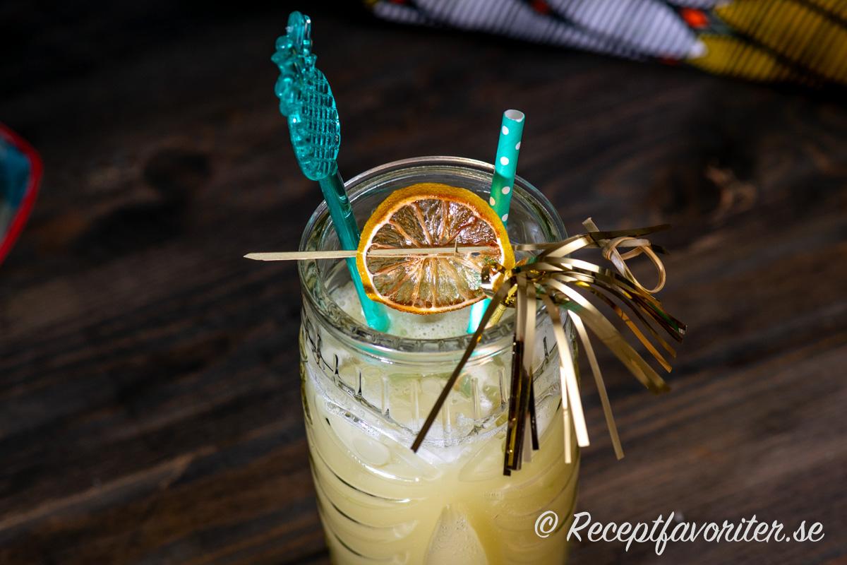 Torkad lime använd som garnering i en Havana Beach Cocktail.