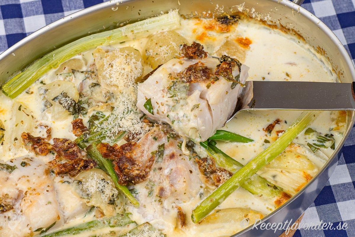 Torsk i ugn med potatis, grönsaker och gräddig sås allt-i-ett