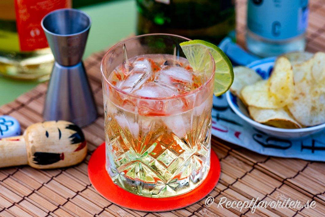 Towana Dream i lågt drinkglas med tonic, is och limeklyfta.
