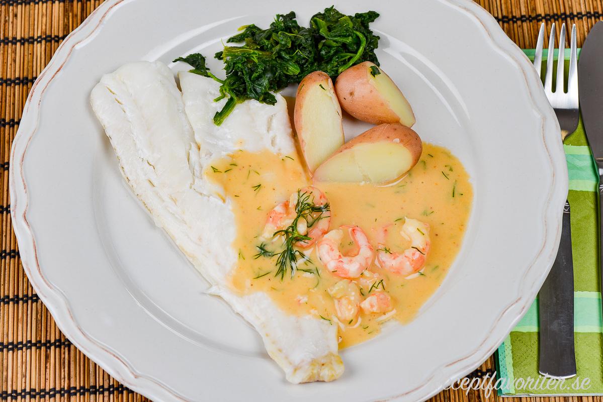 Skaldjurssåsen serverad med ugnsbakad torsk, kokt sparrispotatis samt fräst spenat.