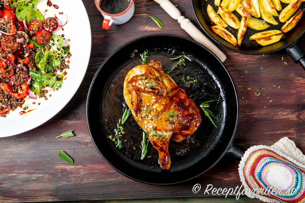 Stekt kycklinghalva med Ketjap Manis och örter med tillbehör.