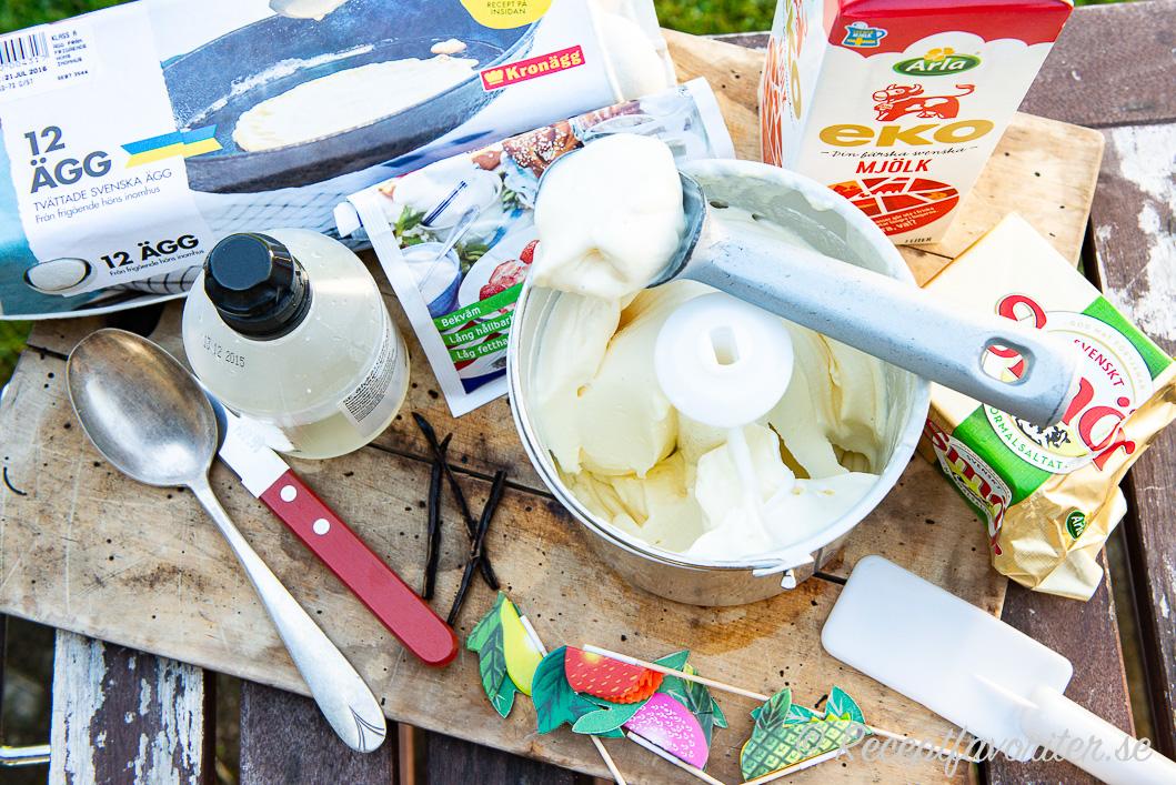 Krämig glass med vanilj, mjölk, ägg, mjölkpulver och smör i glassmaskin.