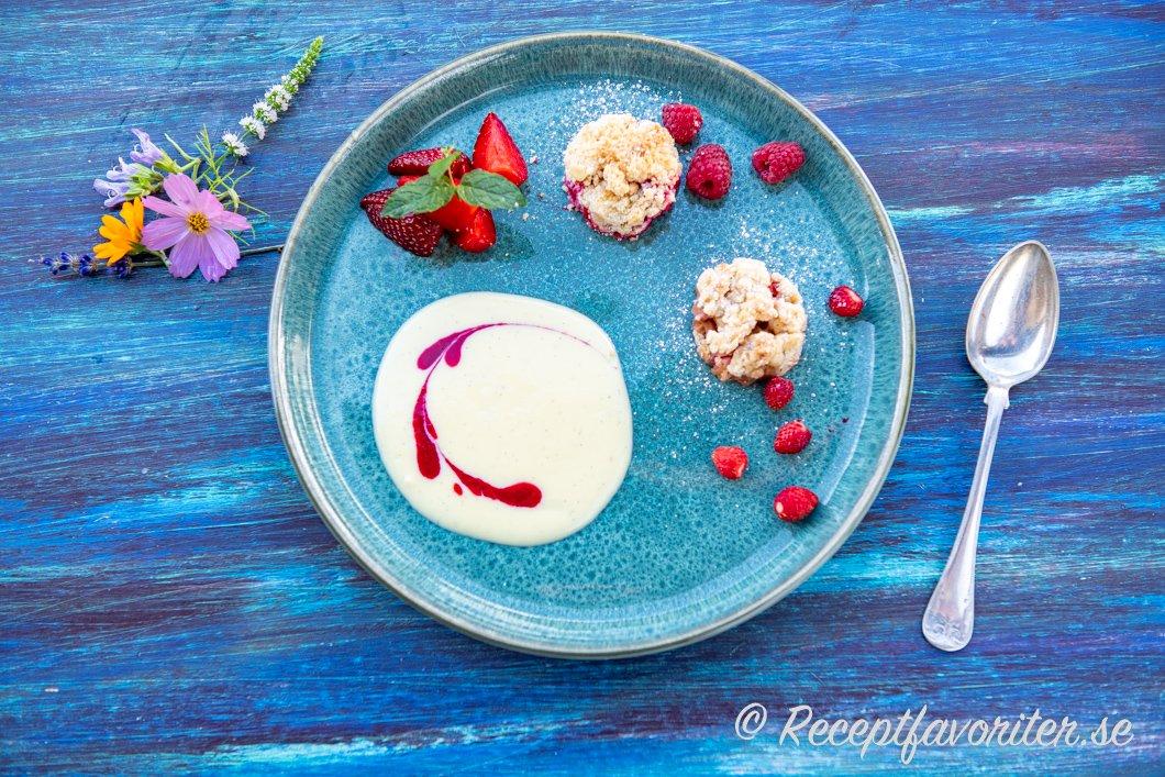 Vaniljsåsen med halloncoulis med två pajer och färska jordgubbar på tallrik