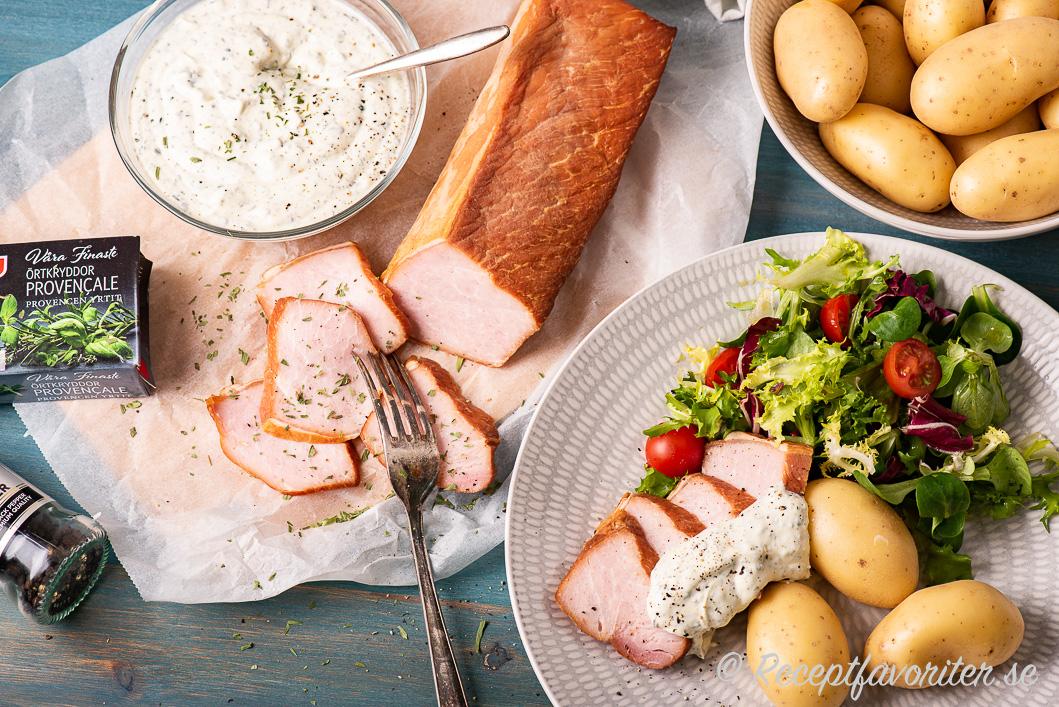 Crème fraichesåsen serverad till varmrökt fläskytterfilé, kokt delikatesspotatis och grönsallad.