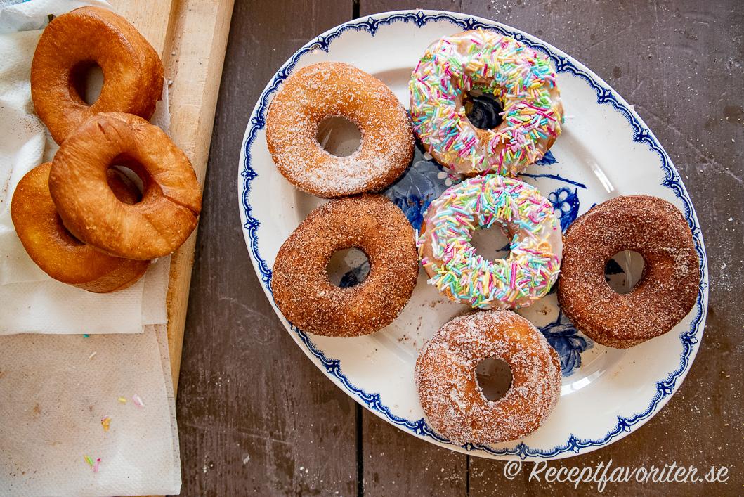 Veganska munkar eller doughnuts på fat