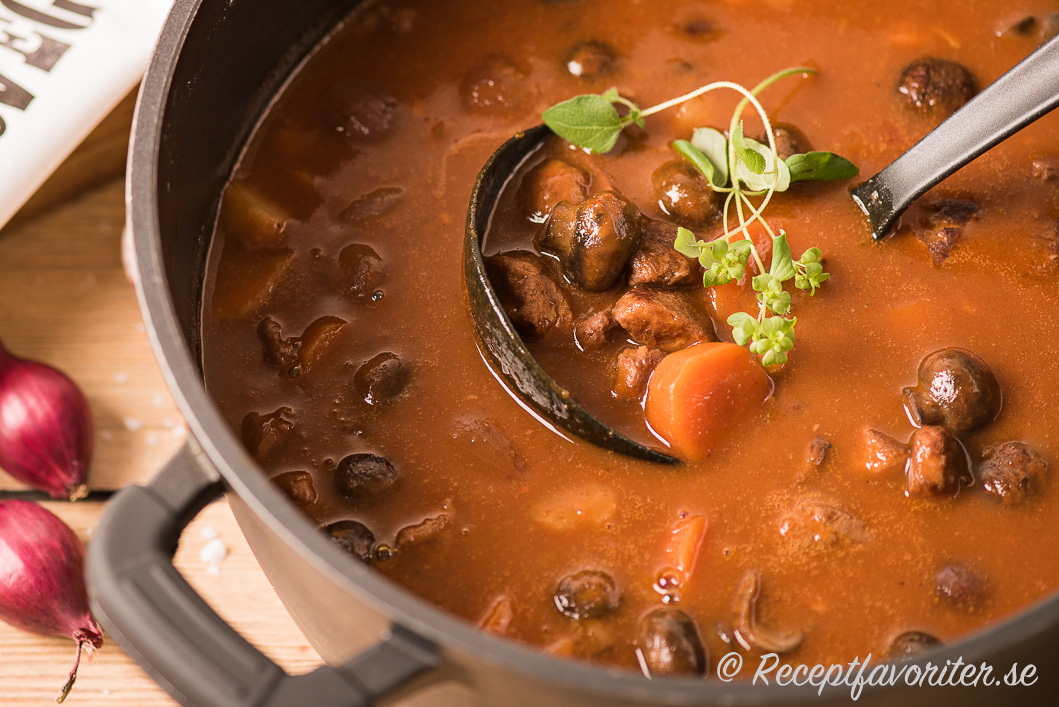 Mustig och god vegogryta med svamp och vegogrytbitar.