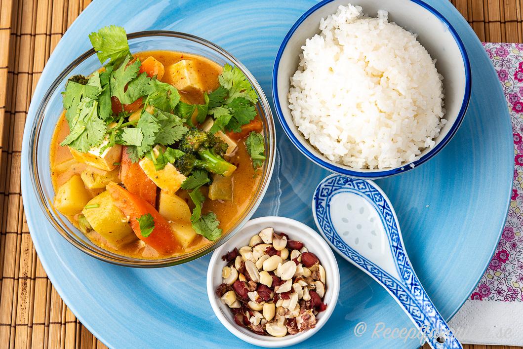 Vegomassaman med tofu och tillbehör på tallrik i skålar
