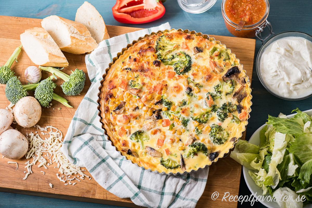 Vegopaj med grönsaker serverad med chilisalsa och sallad.
