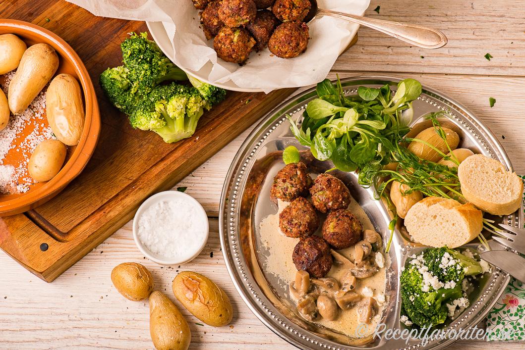 Vegobullar eller grönsaksbullar av mixad broccoli, bönor, fetaost, couscous, lök, vitlök och ströbröd.