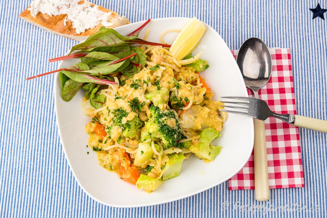 En tallrik vegopasta med krämiga kikärtor och broccoli