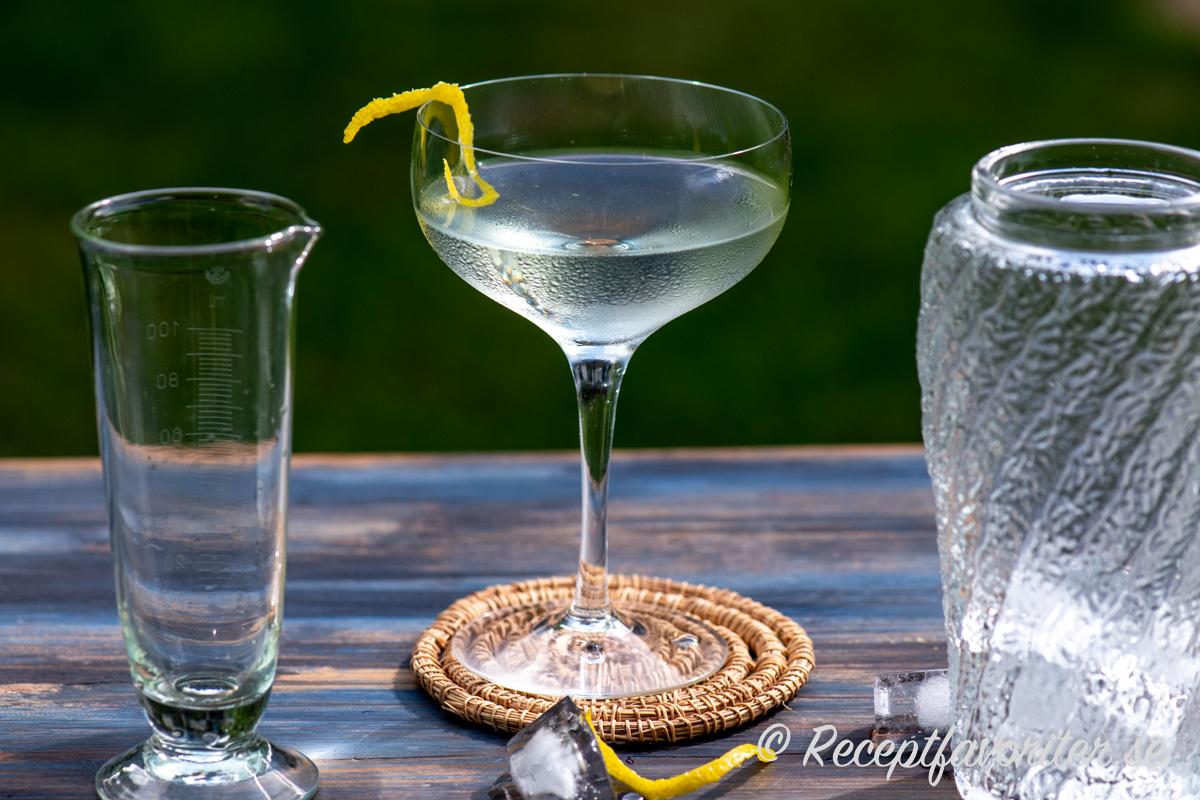 Vesper är en variant på Martini med vodka, gin och Lillet Blanc.