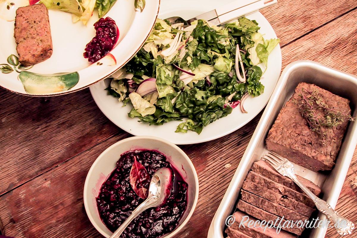 Viltpaté eller viltterrin med lingonchutney och grönsallad passar som förrätt eller på buffé, julbord eller smörgåsbord.