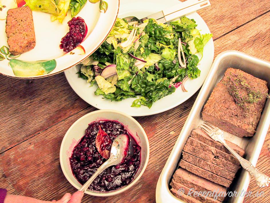 Viltpaté eller viltterrin med lingonchutney och grönsallad som förrätt.