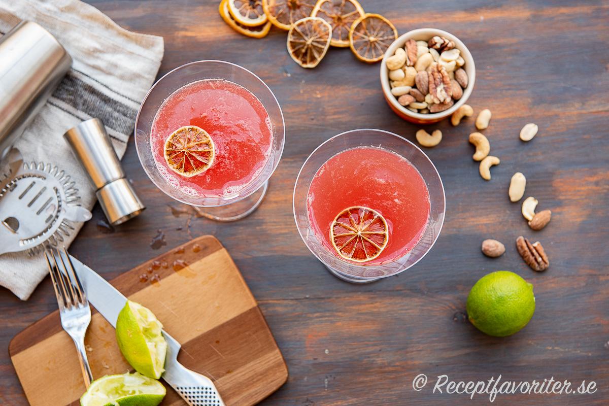 Alkoholfri Cosmopolitan med torkad citrus och rostade nötter.
