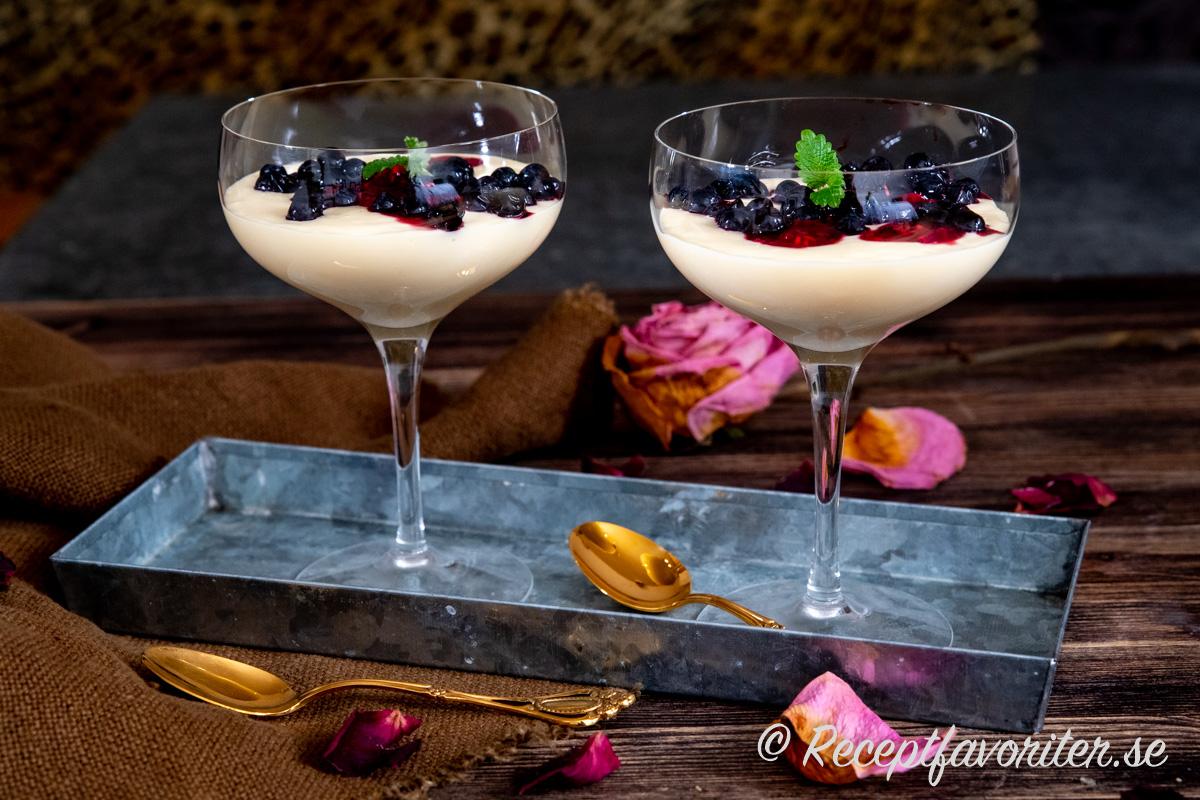 Den vita chokladen ger söt fyllig smak tillsammans med lite syrlig crème fraiche och garnering av svenska blåbär och hallon.