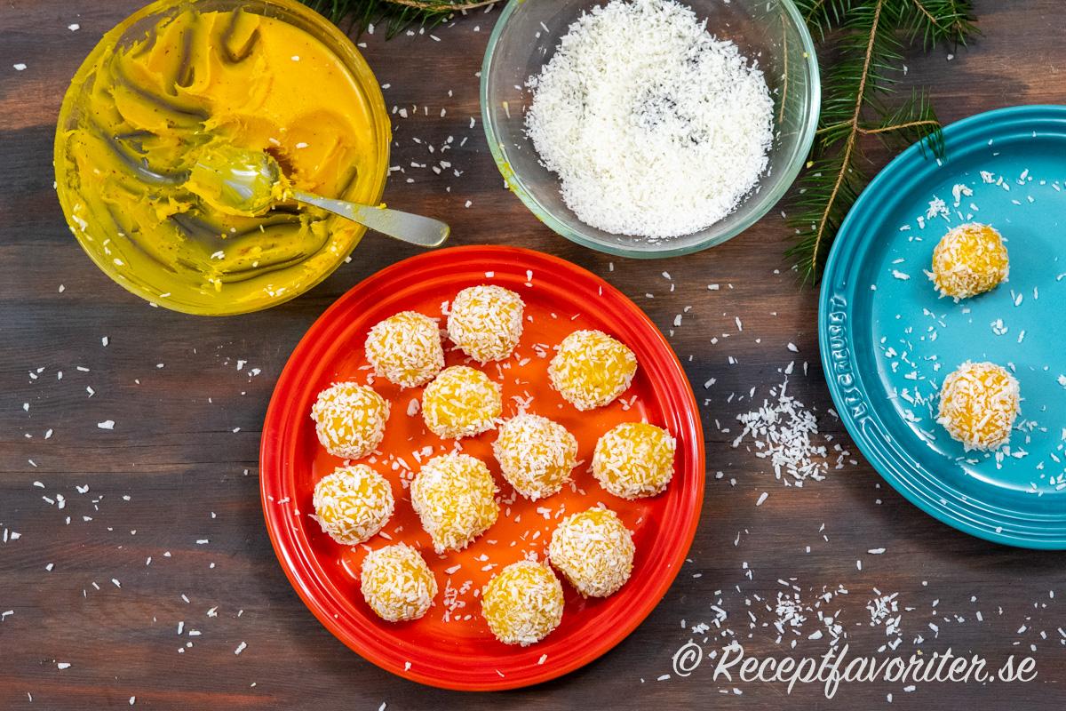 Saffranstryfflarna rullas av vit choklad med grädde och saffran i kokosflingor.