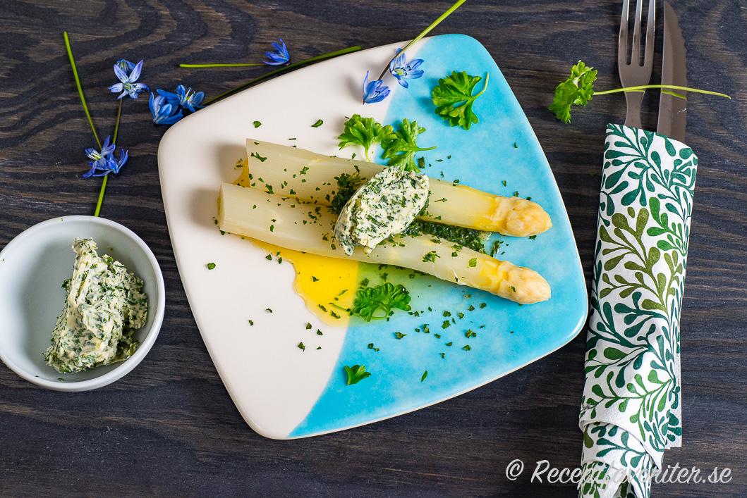Kokt vit sparris med aromsmör eller kryddsmör som får smälta över till servering