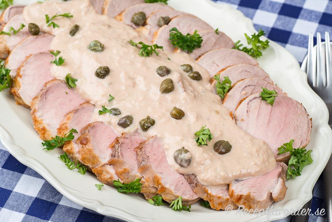 Tonfisksåsen serverad på fat med kall fläskfilé och kruspersilja samt kapris.