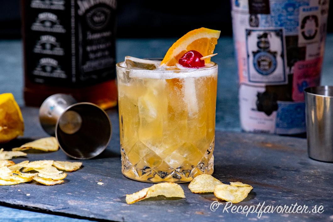Whiskey sour med Jack Daniels Bourbon och citron, äggvita och sockerlag.