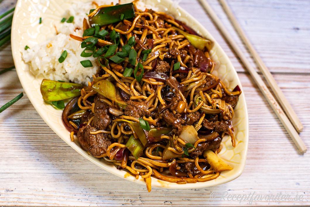 Wok Chow Mein på tallrik med tillbehör