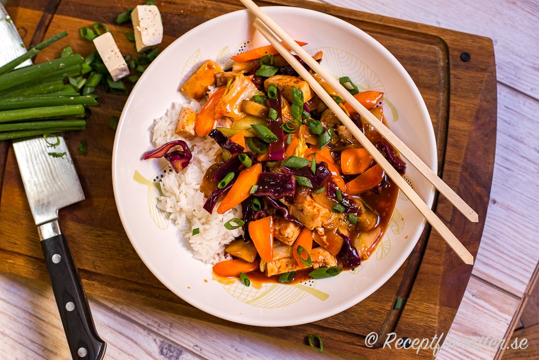 Woka tärnad tofu med grönsaker och smaksätt med sötsursås